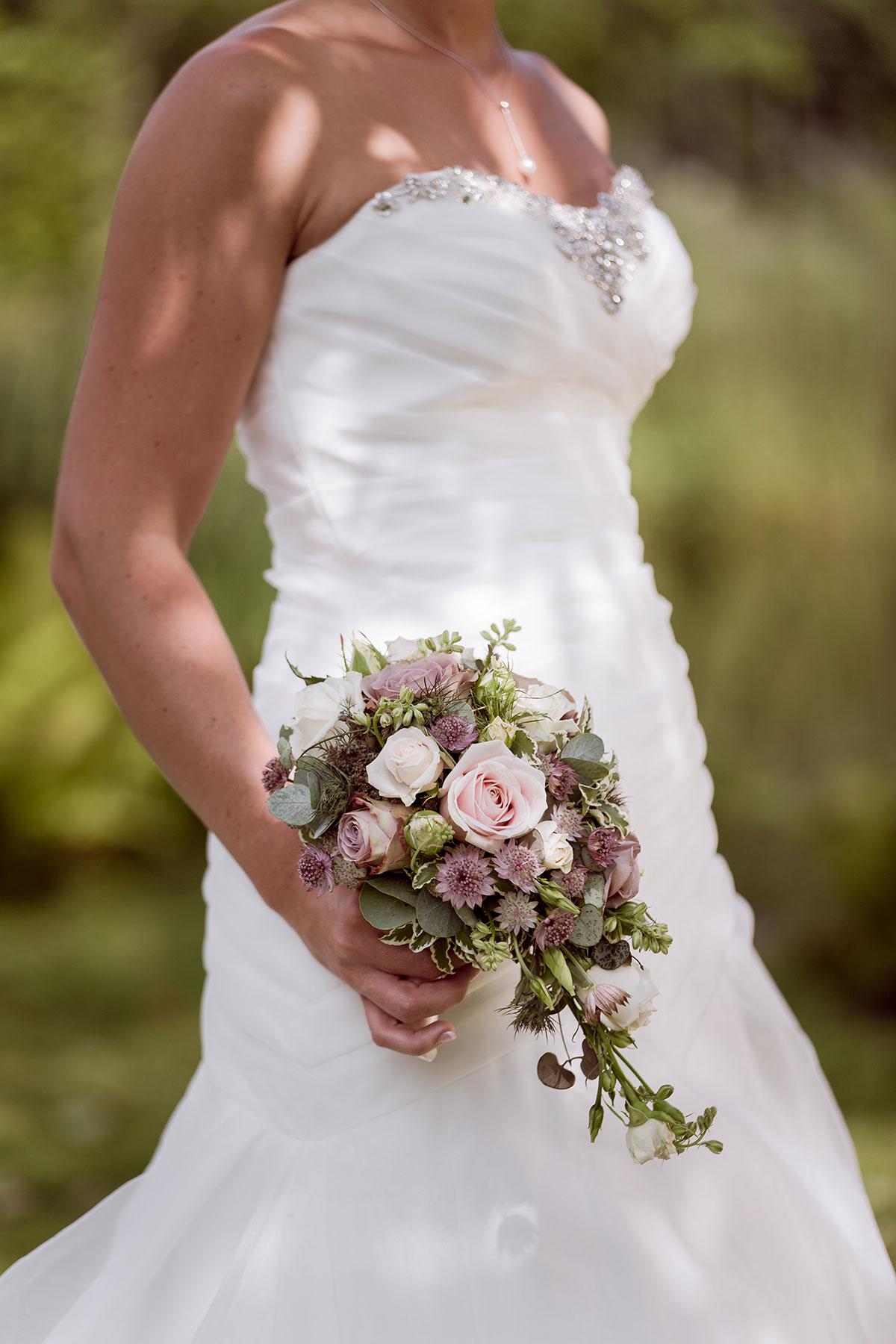 Pin brudbukett med rosa rosor vit doftranka och daggk pa pyntad on pinterest