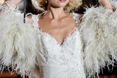 Klänning från Sophia Tolli. Jacka av fjädrar från Sasso Bride.