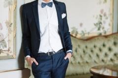 Mixa olika mönster och skapa en spännande look på bröllopsdagen. Mörkblå kostym från Lilly (Selected Homme). Randig fluga och prickig väst också från Lilly.