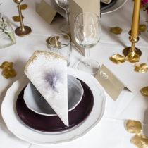 Tallrik, assiett och skål: IKEA.   Ljusstakar: Privat.  Menykort, placeringskort, fjädrar och guldblad: Calligraphen.  Servetter: Duni.