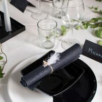 Tallrik och skål: IKEA. Servetter och ljus: Duni. Placeringskort, menykort, pompoms och vita fjädrar: Calligraphen.