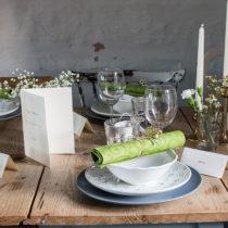 Tallrik, assiett och skål: IKEA. Servetter och ljus: Duni. Vimplar och placeringskort: Calligraphen.
