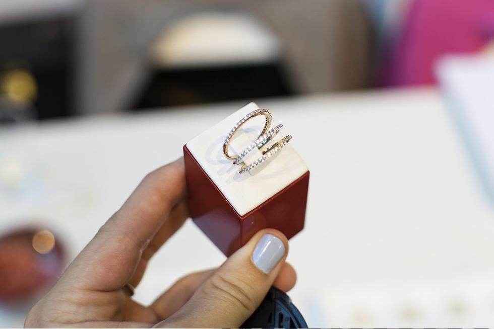 Att ha smycken i minimalistisk stil som ändå är väldigt detaljerade kommer  stort. Exempelvis ser vi sirliga vigselringar dekorerade med mängder av  stenar. f1e5362c664d1