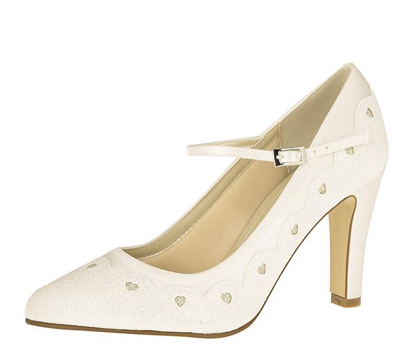 0ca6ff0509c ... pumps till att uppträda i allsköns färger och former. Här kan du välja  att matcha skorna med klänningen eller att sticka ut genom att välja skor i  annan ...