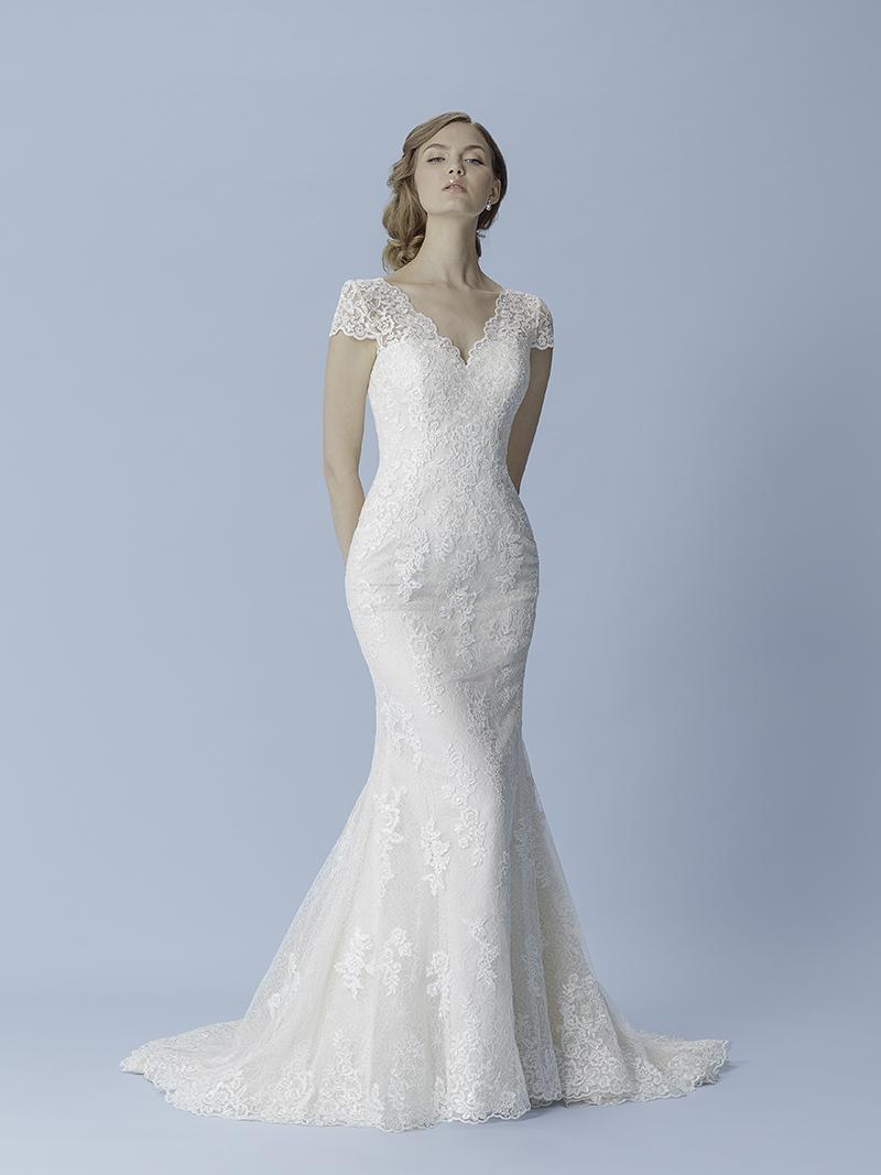 59024f79045e Låt professionell personal i butik hjälpa dig att hitta rätt  bröllopsklänning, de har både erfarenhet och kunskap för att hjälpa dig.