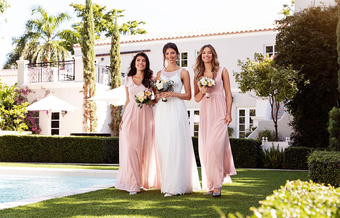 3b64745a2753 Hos Bubbleroom hittar du en bred varumärkesportfolio som erbjuder allt  ifrån enkla eleganta klänningar till klänningen som har allt, oavsett om du  är brud, ...