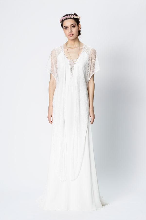80608b0c3628 Den mjuka varianten av tyll används ofta till slöjor och den kraftiga stela  varianten används ofta för att få vidd i vida kjolar. Tyll tillverkas av  bomull, ...
