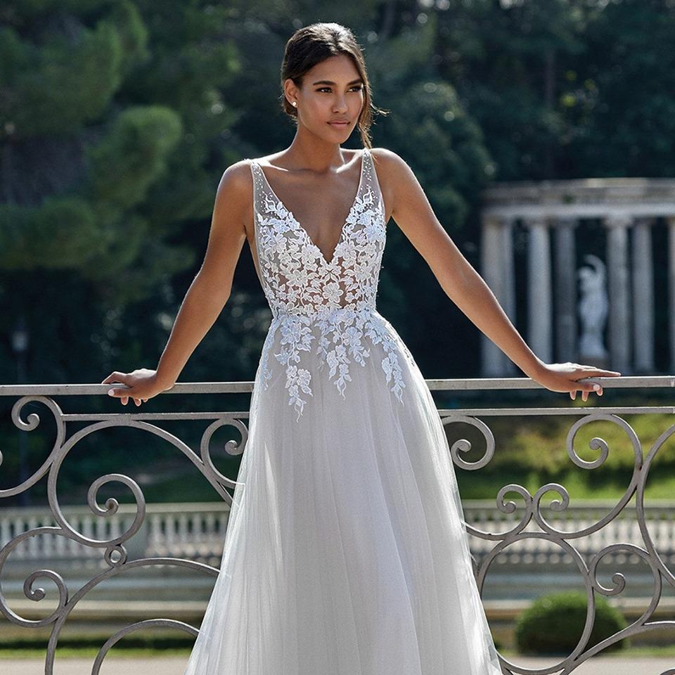 116c5ccf3157 Tillfällen är många att få bära en vacker klänning och vi på Wedding Store  hjälper gärna till att hitta just din drömklänning.